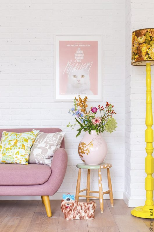 A white, yellow and pink livingroom