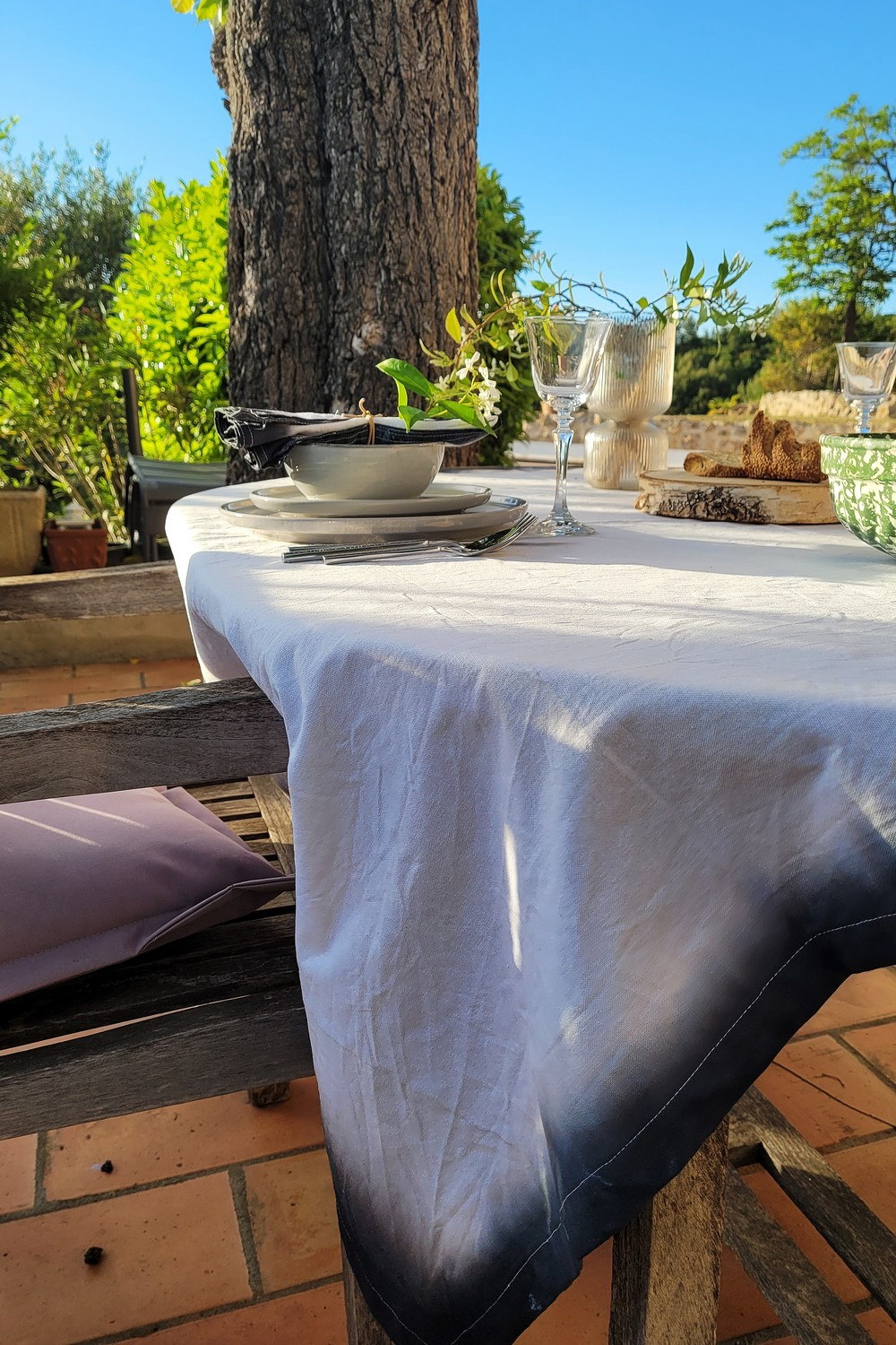 DIY: Dip & Dye effect on a tablecloth and napkins.